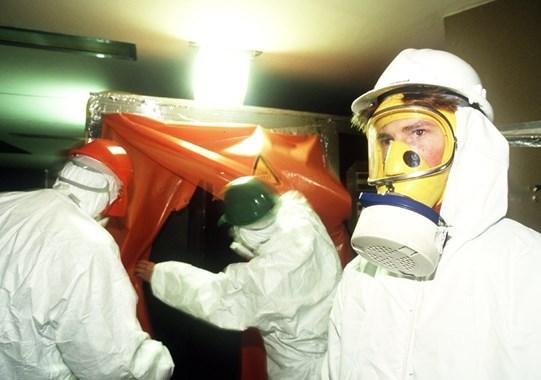 Des travailleurs d'une entreprise non agréée pour le désamiantage préparaient le chantier dans le bâtiment Apollo 1.
